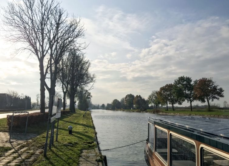 featured-Giethoorn-canal-opposite of a bus stop